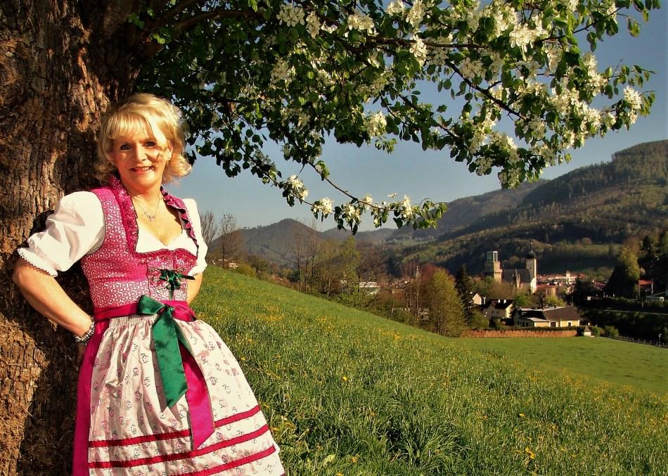 Renate Wachauer Mostbirnbaum und vor Waidhofen an der Ybbs Foto Piaty