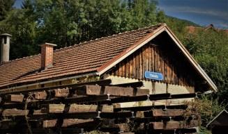 Heizhaus hinter Schwellen