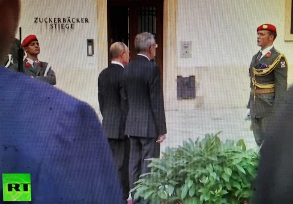 Putin und Van der Bellen - Gardeabnahme vor Zuckerbäckerstiege 2018
