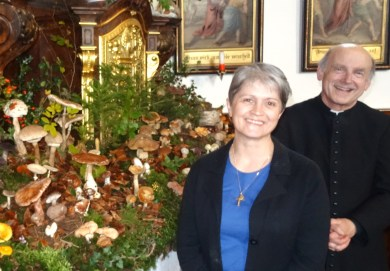 Schwammerlaltar 2014 Gerti Schneckenleitner und Pfarrer Reinhard Kittl