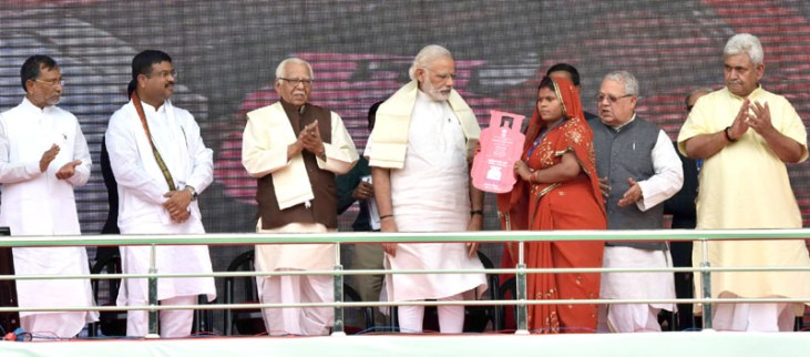 The Prime Minister, Shri Narendra Modi distributing the free LPG connections to the beneficiaries, under PM Ujjwala Yojana, at Ballia, Uttar Pradesh on May 01, 2016. The Governor of Uttar Pradesh, Shri Ram Naik, the Minister of State for Petroleum and Natural Gas (Independent Charge), Shri Dharmendra Pradhan, the Union Minister for Micro, Small and Medium Enterprises, Shri Kalraj Mishra, the Minister of State for Railways, Shri Manoj Sinha are also seen.