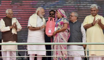 The Prime Minister, Shri Narendra Modi distributing the free LPG connections to the beneficiaries, under 'Pradhan Mantri Ujjwala Yojana', at Ballia, Uttar Pradesh on May 01, 2016. The Governor of Uttar Pradesh, Shri Ram Naik, the Union Minister for Micro, Small and Medium Enterprises, Shri Kalraj Mishra and the Minister of State for Railways, Shri Manoj Sinha are also seen.