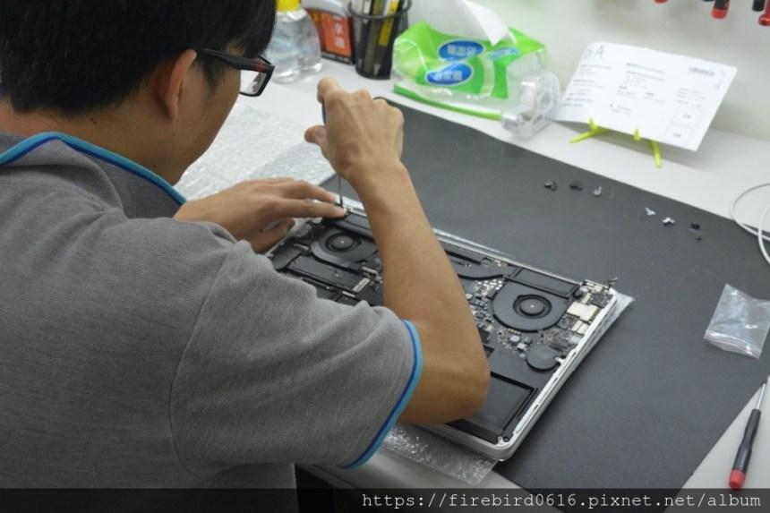 台北MacBook維修推薦-MacBook上蓋鎖緊