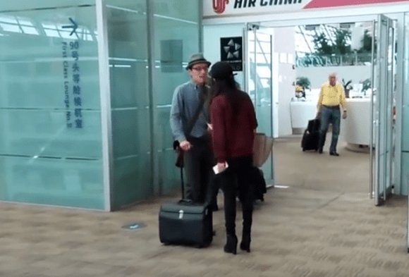 兩中國旅客機場爆衝突,女嗆:法律規定拿國產手機不能上飛機 img-001