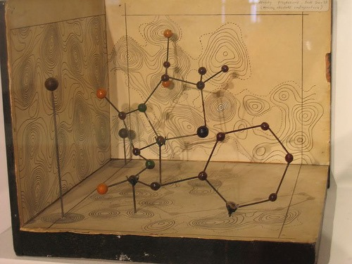 Google Doodle:Dorothy Hodgkin - X光晶體學先驅 104 歲誕辰 X-