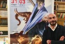 Il direttore artistico Antonio Mannino con il manifesto di Etna Comics 2018