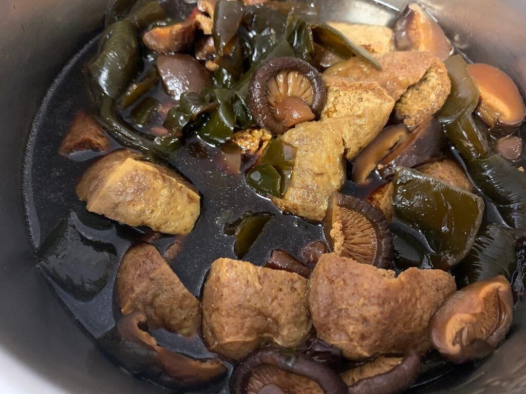 電鍋滷味:豆干香菇海帶,八角2g,魯蛋(回家後用電鍋蒸) 買完之後,水1000cc,魯豆干海帶,加入油100cc,輕鬆煮好一頓美味