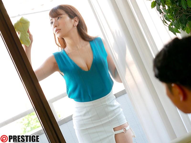 窓ガラスを拭き掃除しながら妹の彼氏に谷間を見せ付ける姉・園田みおん