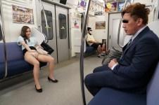 最終電車で痴女とまさかの2人きり!向かいの座席でパンチラしてくるホロ酔い美脚女の誘惑で勃起したらヤられた 画像2