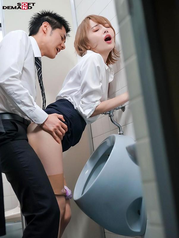 広瀬りおな 出勤率の下がったオフィスで女上司と2人きり…僕(童貞)のパンパンな股間に気づいた上司に誘われて退勤まで中出しSEXしまくったサンプルイメージ13枚目