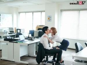 出勤率の下がったオフィスで女上司と2人きり…僕(童貞)のパンパンな股間… のサンプル画像 3枚目