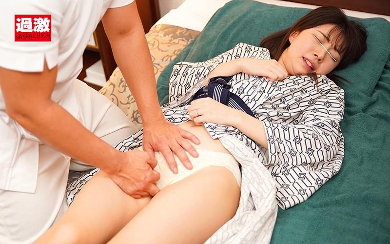 隣に夫がいる状況でマッサージ中のクリ責めを拒めず膣内にローターを何個も挿れられ声も出せず絶頂する敏感妻