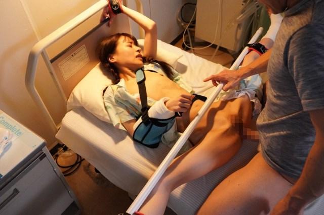 1piyo00090jp 19 - 入院したら隣がけなげなひよこ女子。ムラムラが我慢できなくなって小さな体を固定して敏感マ○コの奥(子宮)をガン突きしまくった。2nd 〜両足を180度に開いて後ろから前から全員軟体っ子ver〜