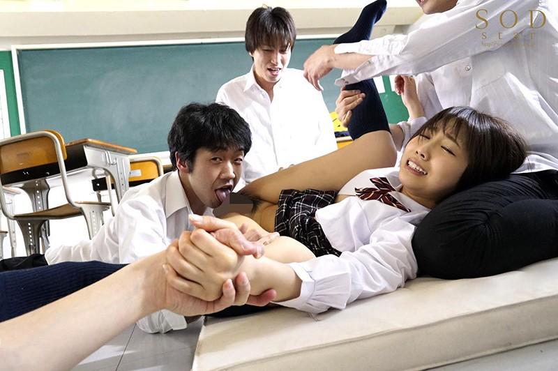 戸田真琴 手をぎゅっと握り目をじっと見つめながら彼女が犯されるのをただ傍観するしかなかった惨めなボクサンプルイメージ3枚目