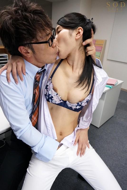 本庄鈴 誰もが振り返る長身パンツスーツOLと禁断の社内性交サンプルイメージ3枚目