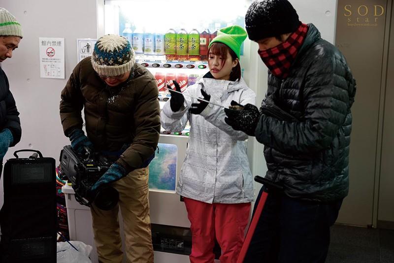 唯井まひろ ロケ帰り相部屋NTR 大雪で東京に帰れなくなったお天気お姉さんが、仕事の愚痴を聞いてくれる新人ADと妊娠するまで中出ししまくった一晩。サンプルイメージ2枚目