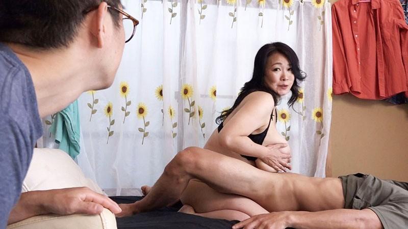 [最高級超熟成肉熟女] 溺愛息子を過保護に性管理する肉食爆乳J-cupお母さん 綾子(50歳)3