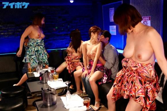 順番に女の子が入れ替わるサービスタイムで巨乳を揉まれるおっパブ嬢・桃乃木かな