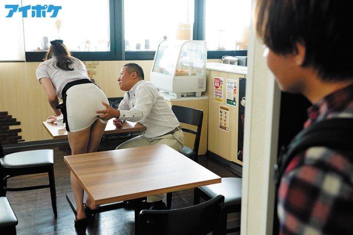 バイト先のセクシー美女が大嫌いな店長の指示で際どいミニスカを穿かされ… のサンプル画像 2枚目