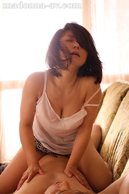 汗ほとばしる人妻の圧倒的な腰振りで、僕は一度も腰を動かさずに中出ししてしまった。 綾瀬麻衣子