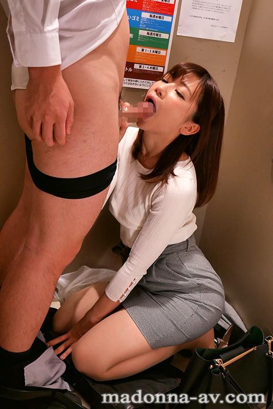 大浦真奈美 帰宅時、エレベーターで遭遇する同じマンションのほろ酔い人妻サンプルイメージ9枚目