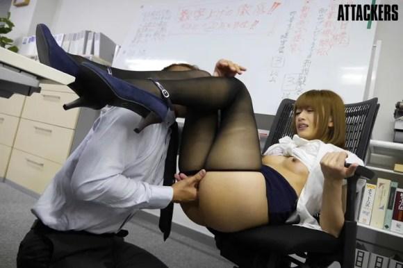 夜のオフィスで黒パンストをずらし指マンされる希島あいり