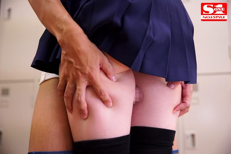 橋本ありな 魅惑の'絶対領域'女子校生 ミニスカート、ニーハイ、生脚チラリズム。サンプルイメージ2枚目