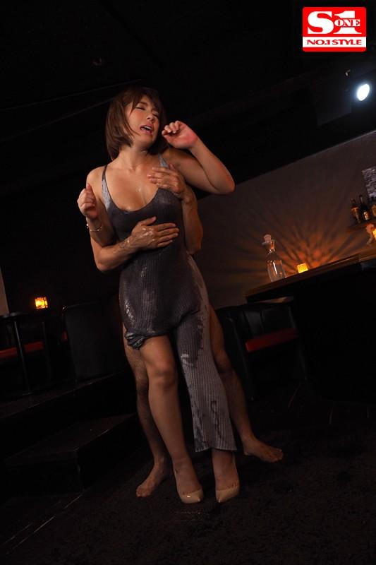 星野ナミ '胸や股間にぴったり密着'浮き出たボディラインで無意識に誘惑してくるマキシワンピお姉さまサンプルイメージ2枚目