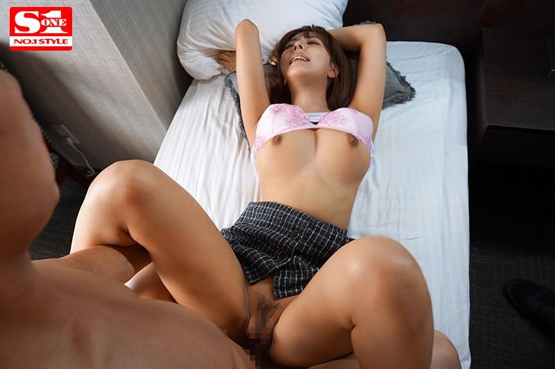三上悠亜 巨乳上司と童貞部下が出張先の相部屋ホテルで…いたずら誘惑を真に受けた部下が10発射精の絶倫性交サンプルイメージ7枚目