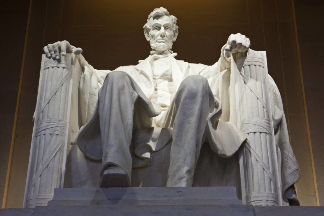 Abraham Lincoln Sitting Dowm Statue In The Lincoln Memorial Wallpaper