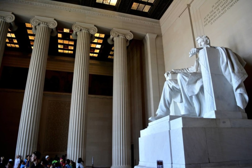 Charming Three Columns And Side Of Abraham Lincoln Statue Inside The Lincoln Memorial Wallpaper