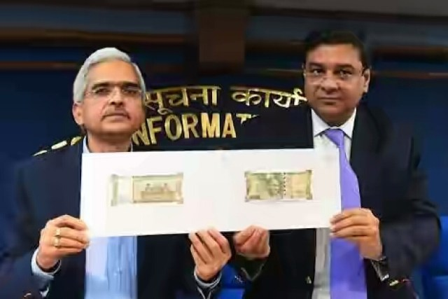 Employe Show New 500 Note Of Indian Currency