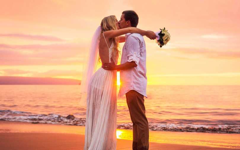 Beautiful Wedding Couple Kiss Wallpaper