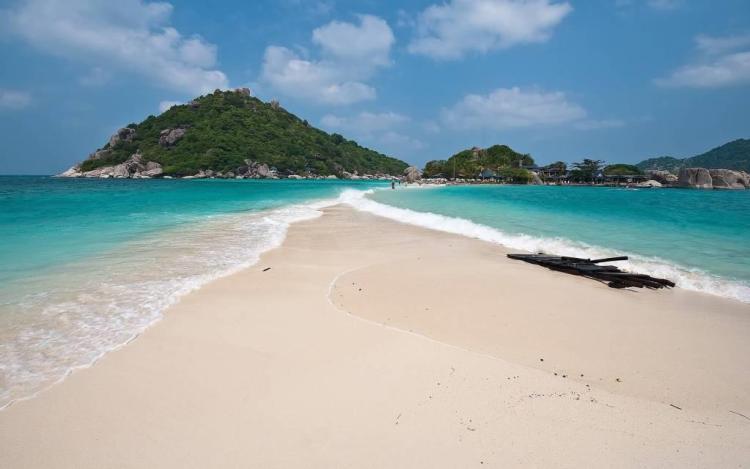 Dashing Beach With Sand Full HD Wallpaper