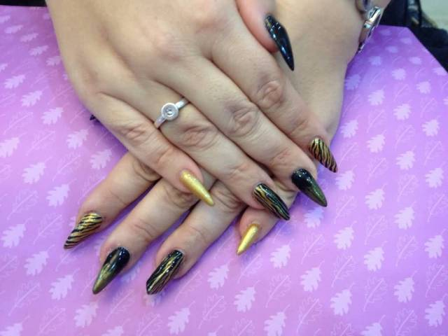 Stunning Stiletto Nails With Golden Design