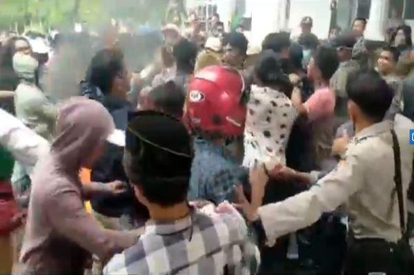 Satpol PP Saling Pukul dengan Pengunjuk Rasa di Depan Kantor Bupati Muna