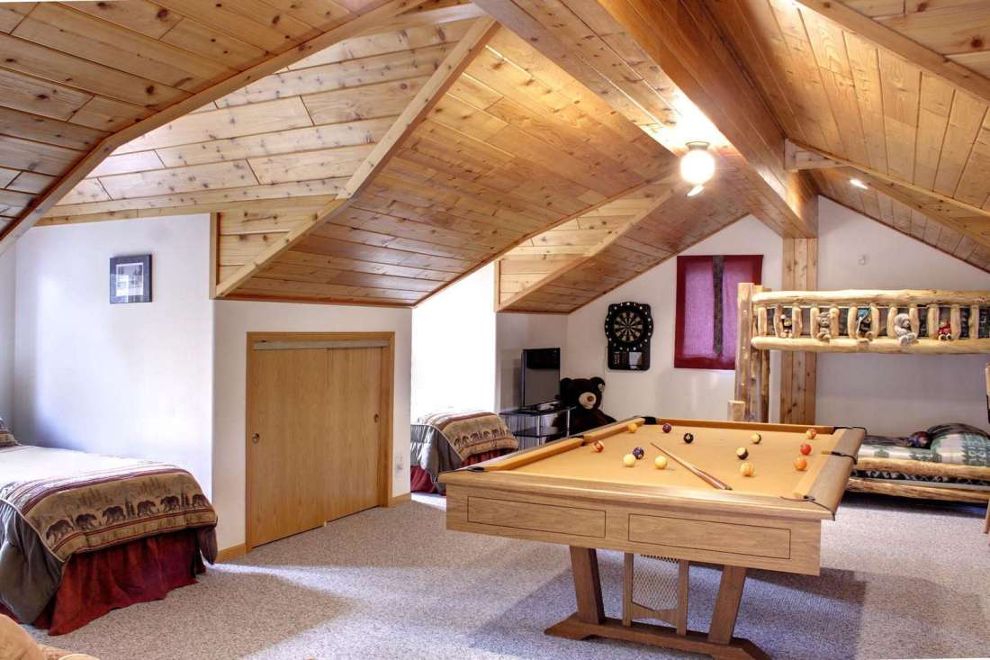 Loft with sleeping for 8, pool table, darts, HDTV and basketball shoot-out!