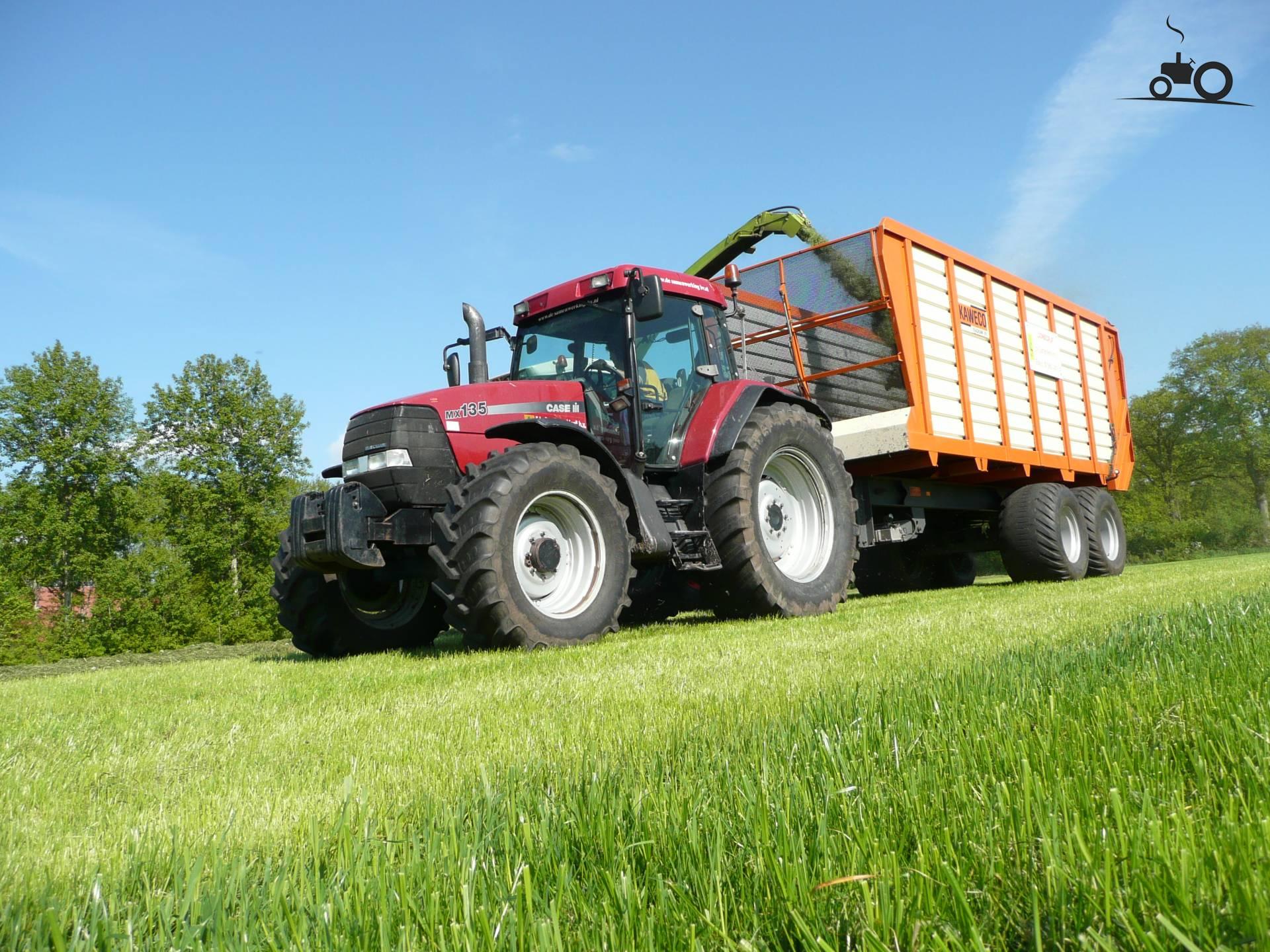 Case MX 135 van ronaldclaas Druk bezig met gras hakselen..