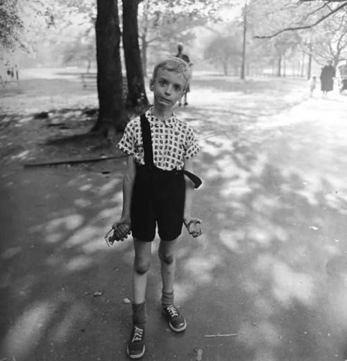 Diane Arbus - Bambino con bomba a mano