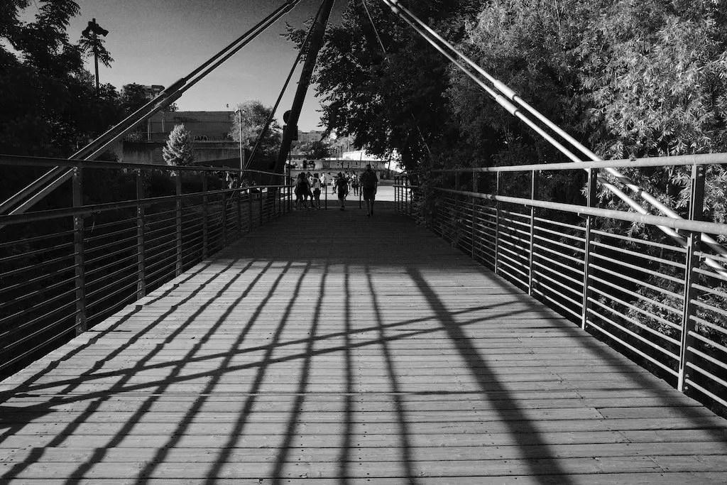 fotografia ponte in bianco e nero