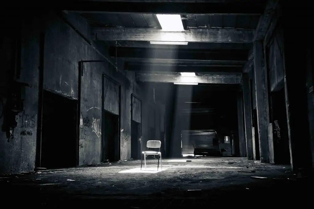 Fotografia in bianco e nero - sedia illuminata
