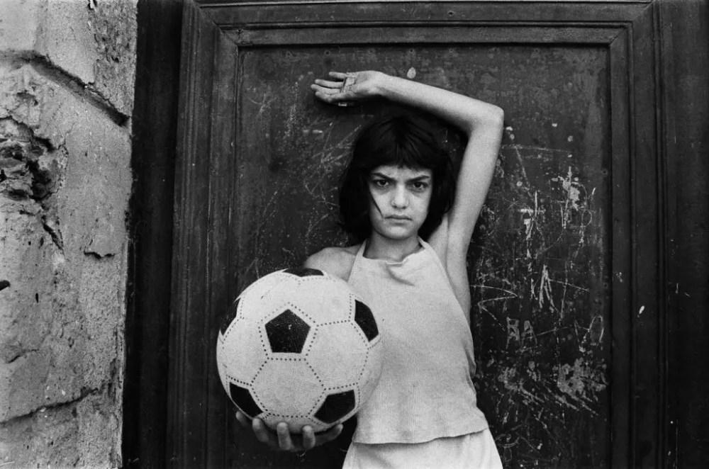 Letizia Battaglia - Bambina con pallone