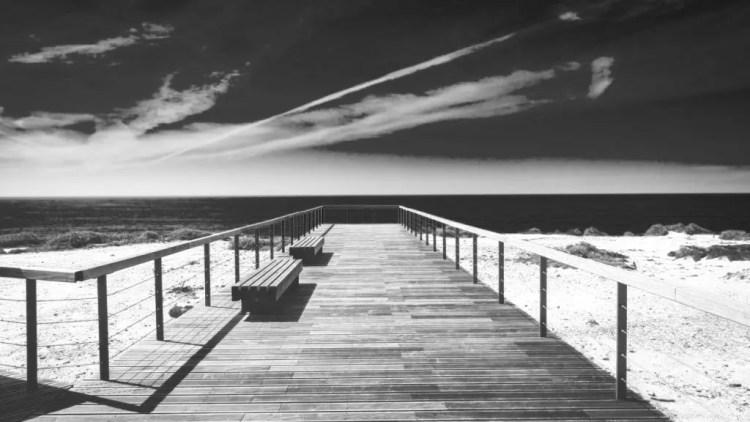 Paesaggio marino bianco e nero filtro giallo