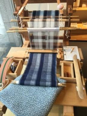 昔ながらの織り方で結城紬を創り上げていく