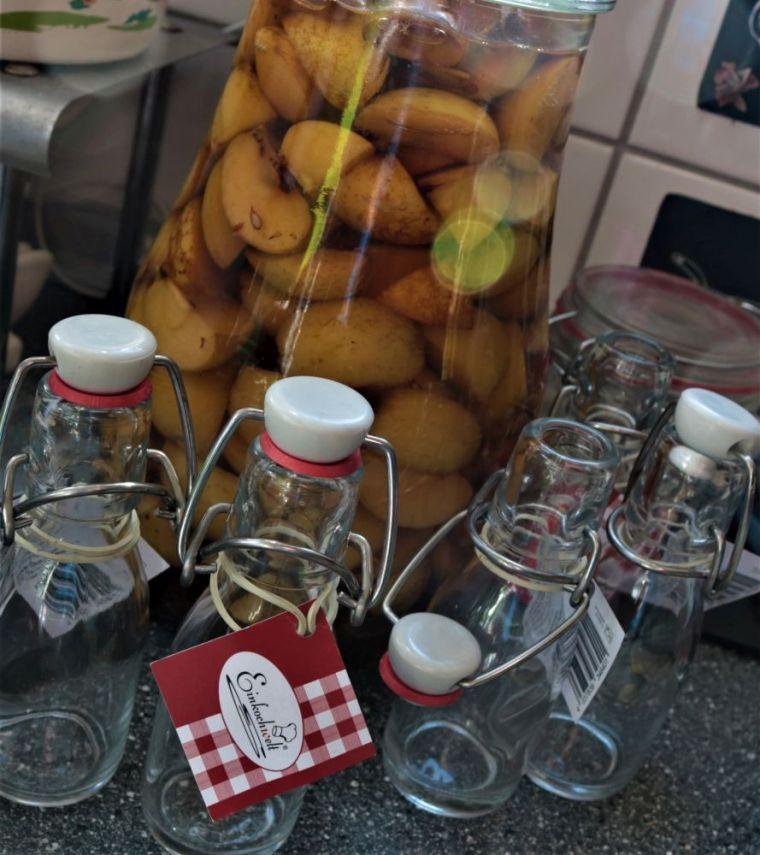 Ich verwende nur die Äpfel, klaren Korn und etwas Rohrzucker, aber es gibt viele Möglichkeiten, dem Likör Geschmack zu verleihen.