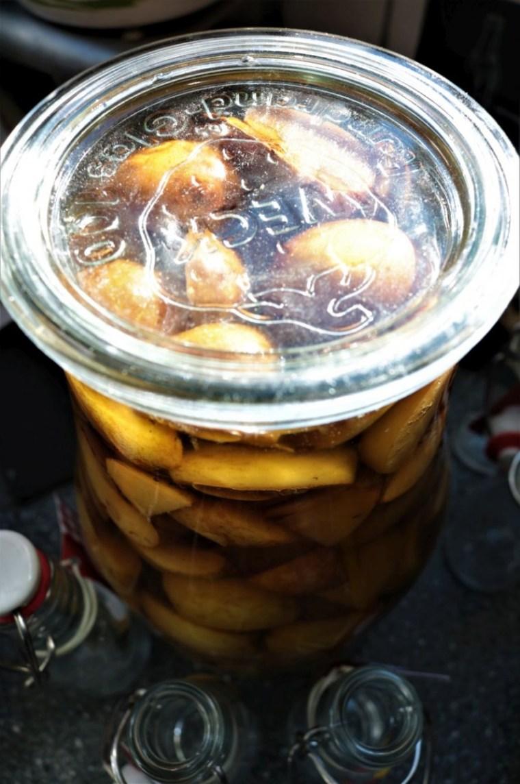 Im 2,5 l Weckglas darf der Likör reifen, bis zu 6 Wochen, damit er schön vollmundig schmeckt.