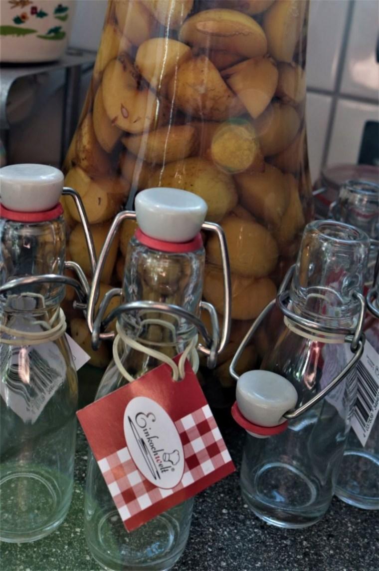 In kleine Flaschen abgefüllt, mit einem schönen Hänger versehen, fertig ist die kleine Aufmerksamkeit