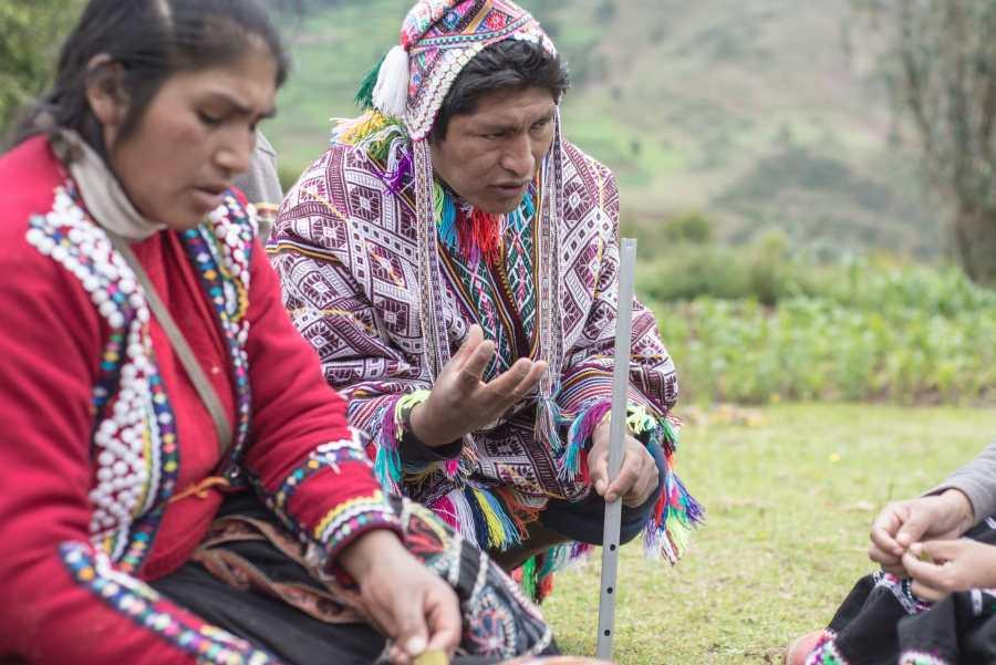 Peruvian textile weaving - Hosts explain the local plants