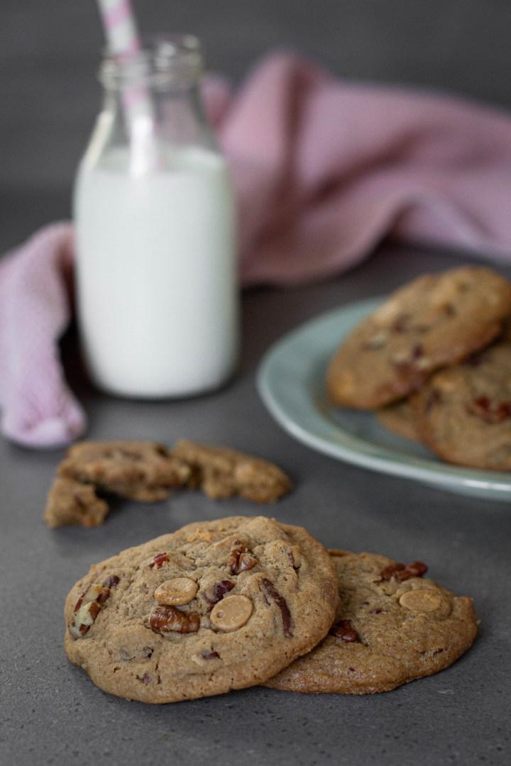 עוגיות שוקולד לבן מקורמל ופקאנים
