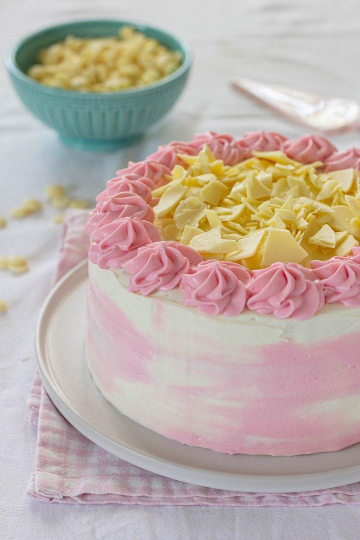 עוגת שכבות עם פטל, קרם גבינה ושוקולד לבן